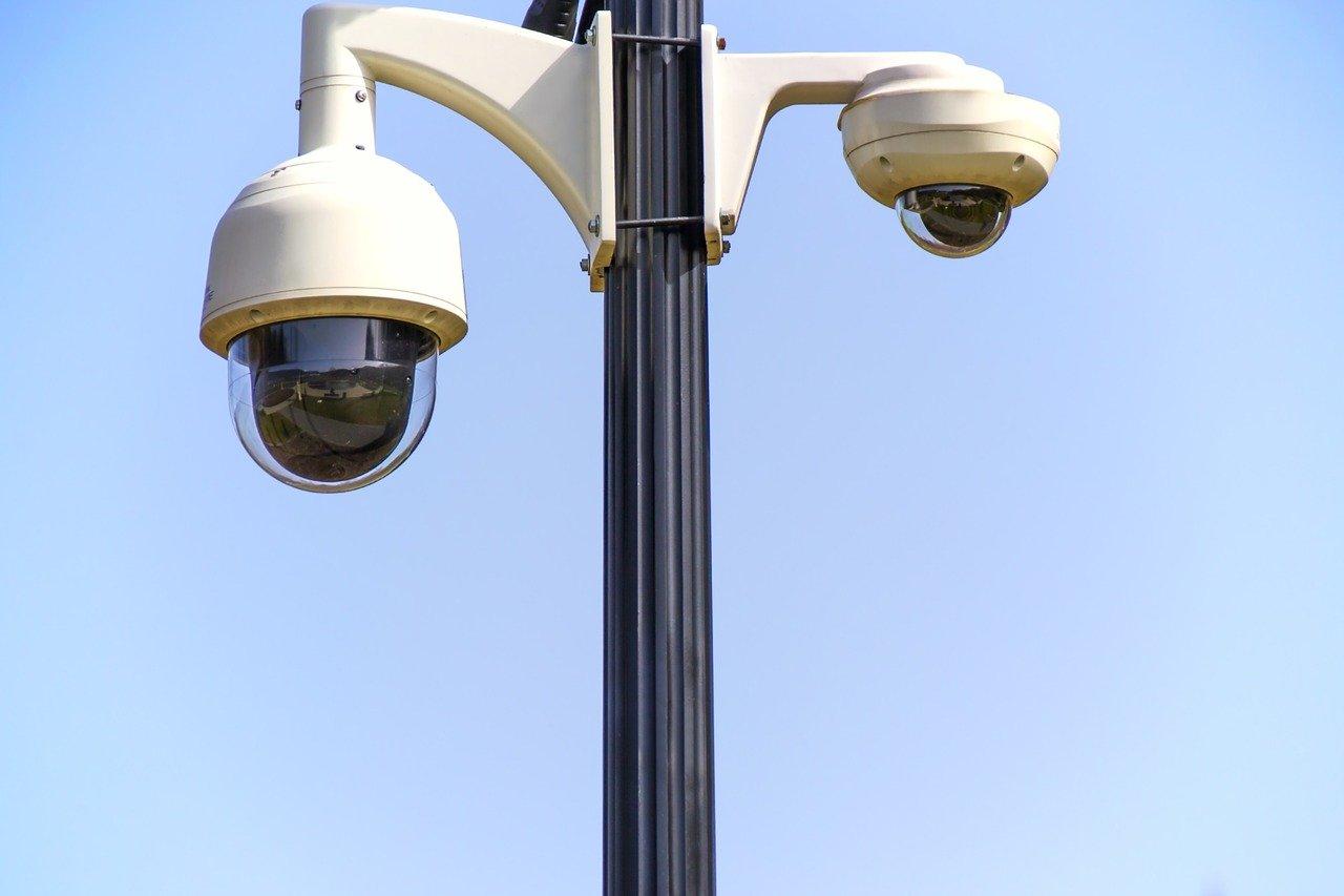 Jakie korzyści dla miasta niesie system kamer monitorujących miejsca publiczne?